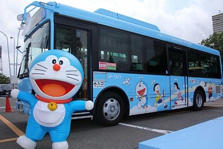 Вот такой маршрутный автобус отвезёт в музей Дораэмона