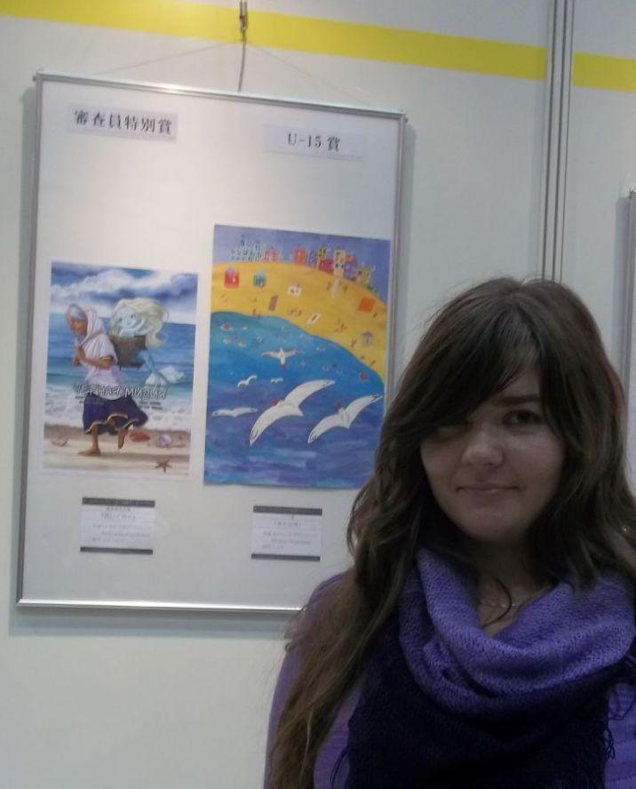 Алеф - на заднем плане её манга и рисунок Тамары Небаржиной © фото Алеф